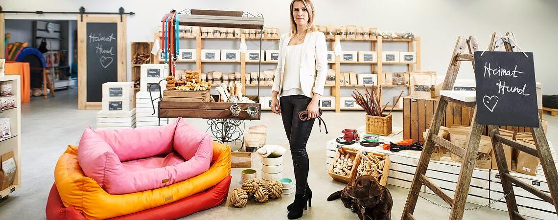 Janine Obersdorf und Muffin im HeimatHund-Shop