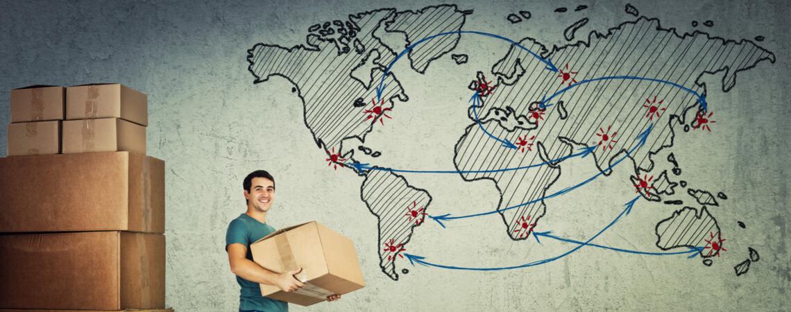 Mann mit Paket und Weltkarte
