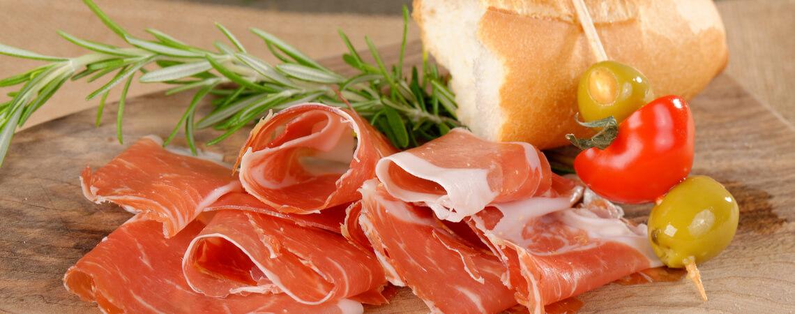 Schinken mit Brot und Rosmarin.