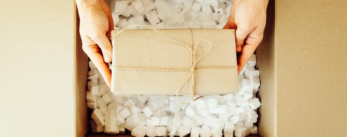 Paket wird verpackt