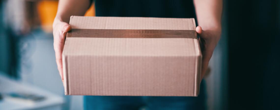 Ein Paket in Händen