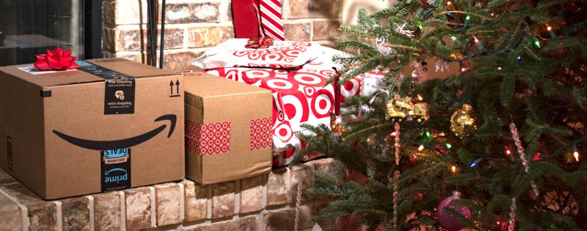 Amazon-Paket unterm Weihnachtsbaum
