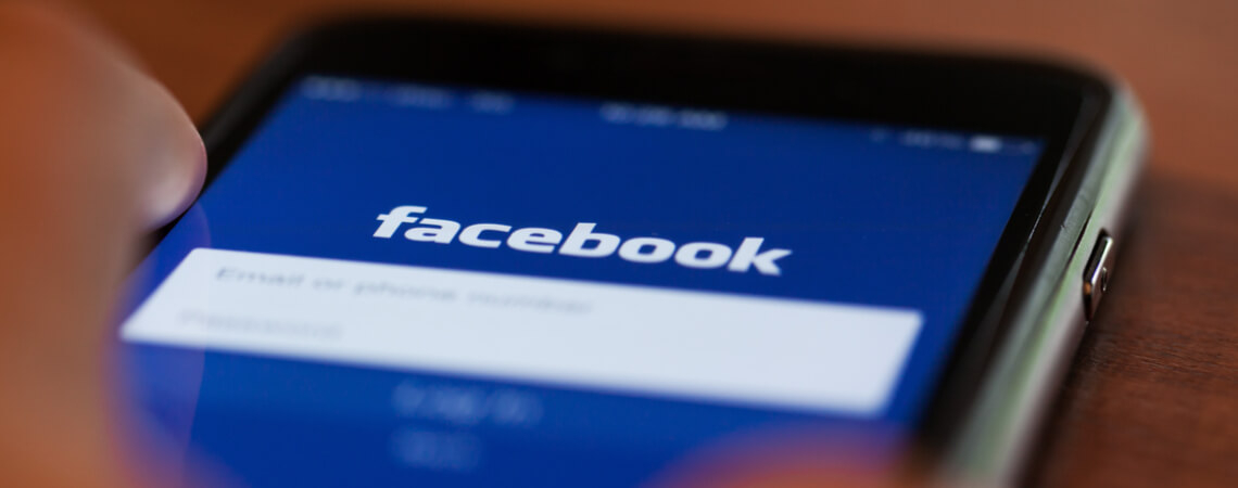 Facebook-Logo auf Smartphone