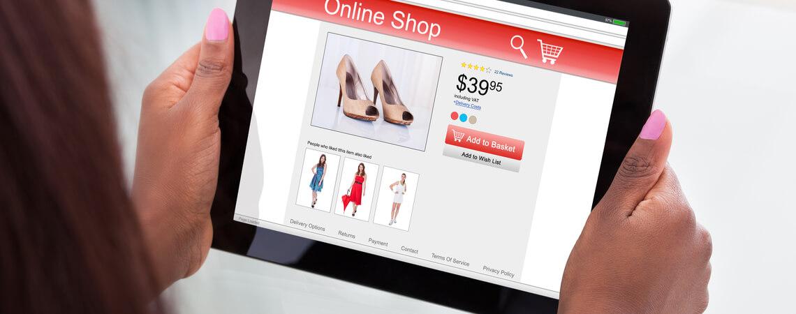 Online-Shop, der auf einem Tablet geöffnet ist.