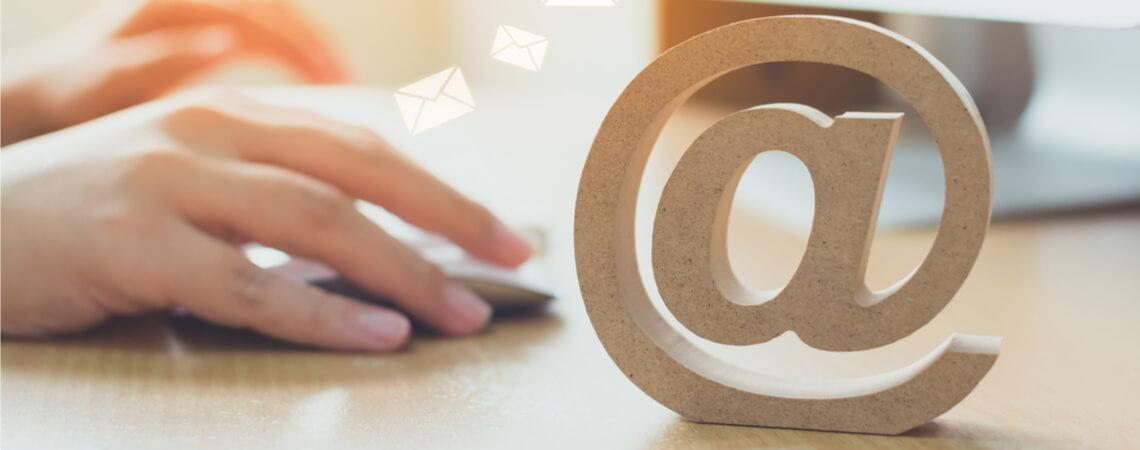 Hand nutzt Maus und sendet E-Mails.