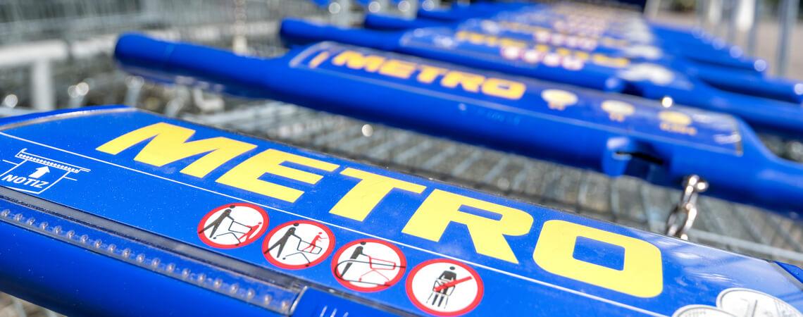 Einkaufswagen mit Metro-Schriftzug