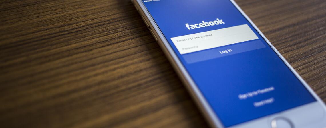 Facebook-Login auf Handy.