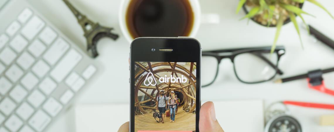 Airbnb-Logo auf einem Smartphone