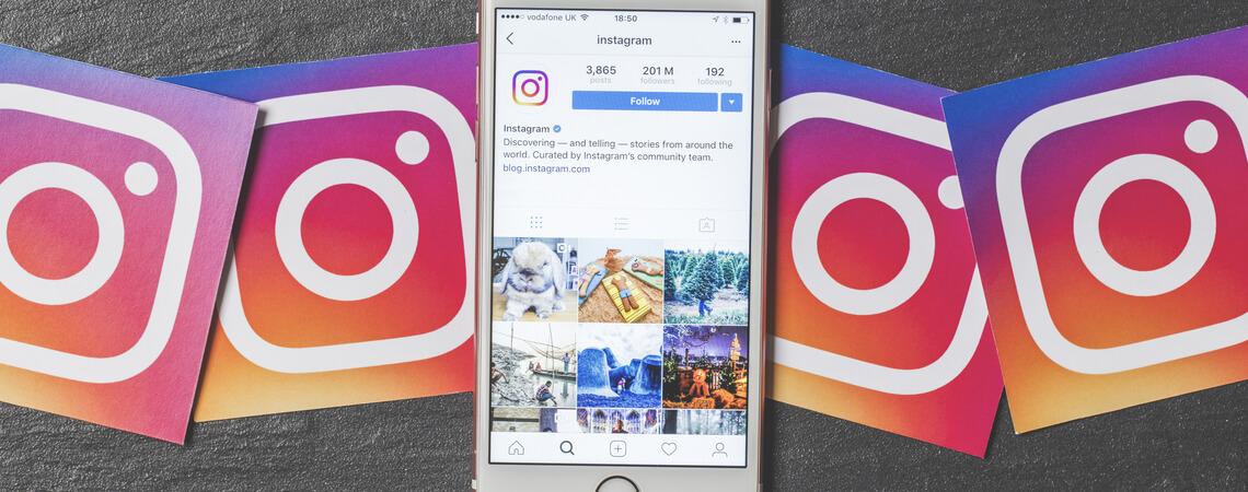 iPhone mit Instagram-Icons ringsherum.