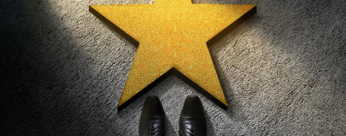 Jemand steht vor einem Stern, der auf dem Boden liegt