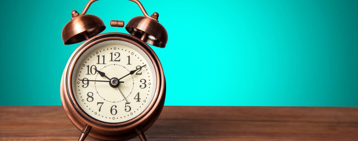 Uhr auf Holztisch