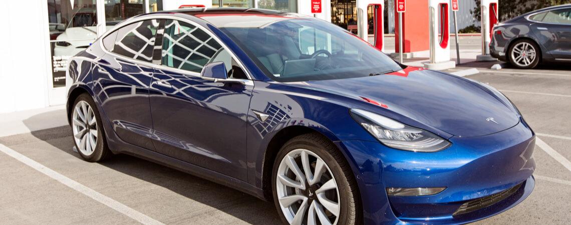 Tesla Model 3 vor Autohaus.