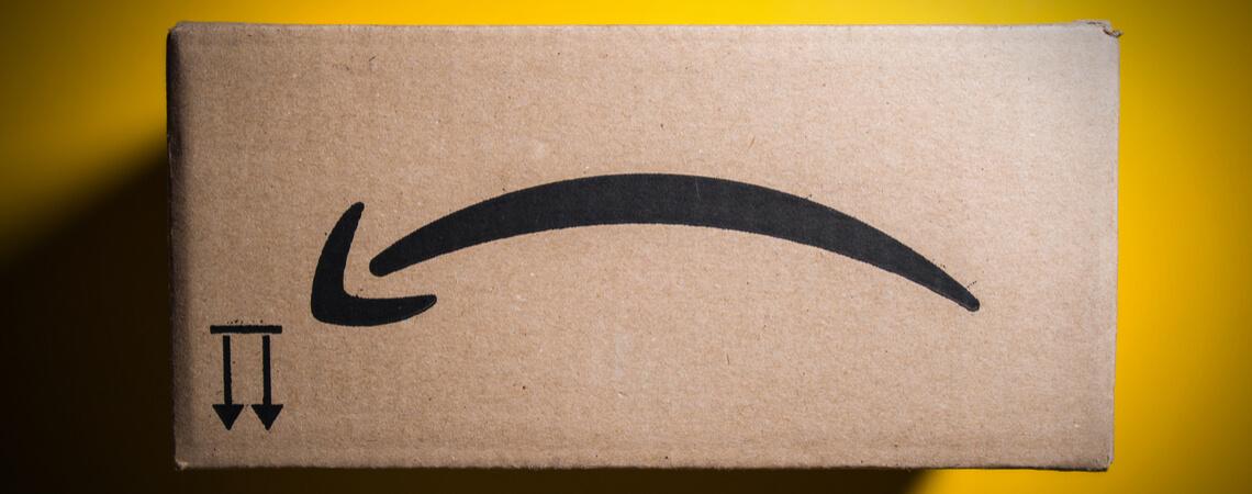 Amazon-Paket mit umgedrehten Pfeil