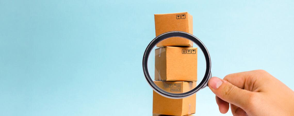 Pakete werden mit Lupe untersucht.