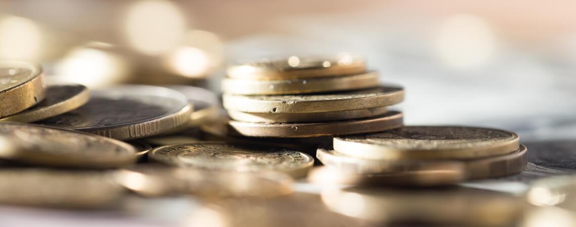 Viele Münzen auf einem Stapel