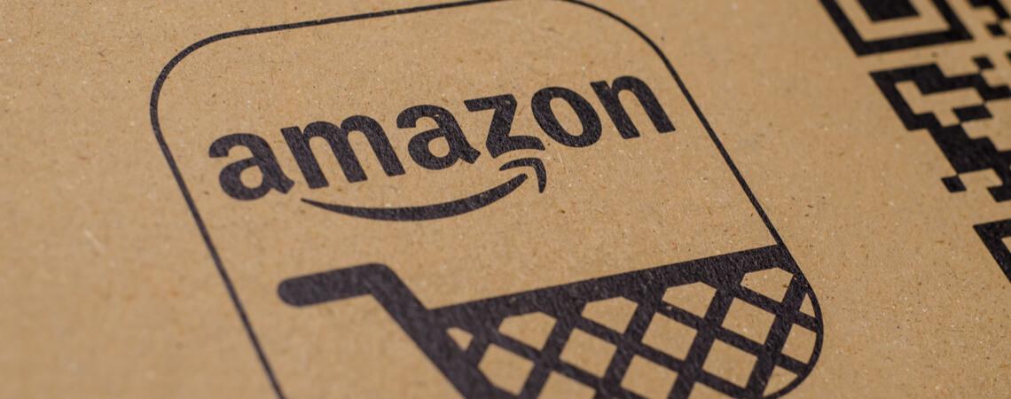 Amazon-Logo auf einem Paket