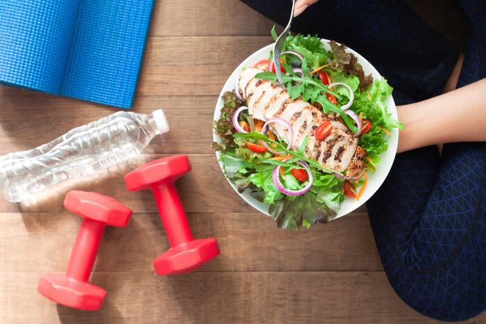 Sportlerin mit gesundem Essen