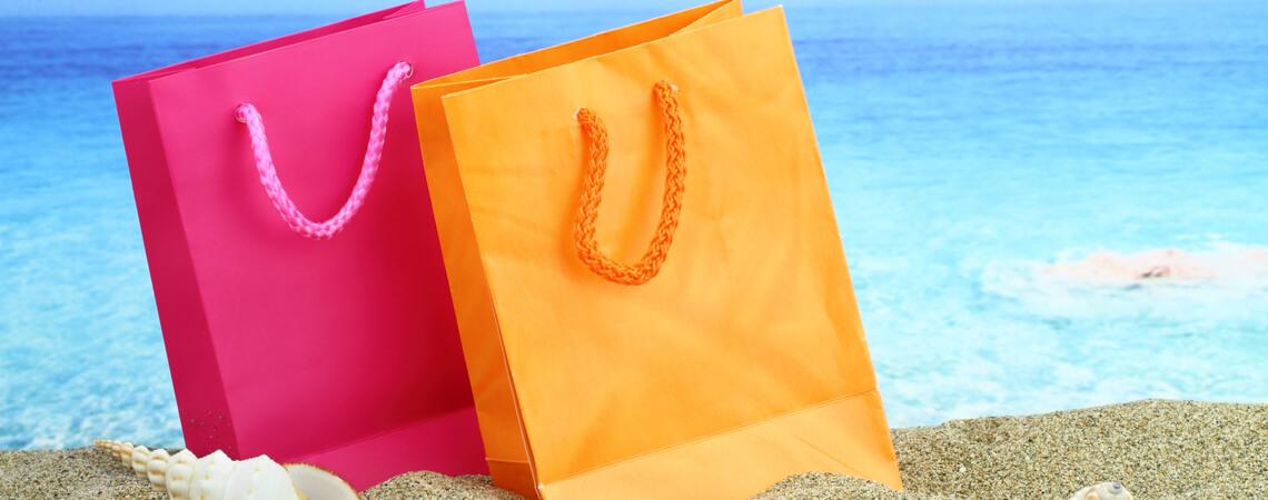 Einkaufstüten am Strand
