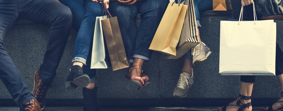 Unterschiedliche Leute mit Einkaufstaschen
