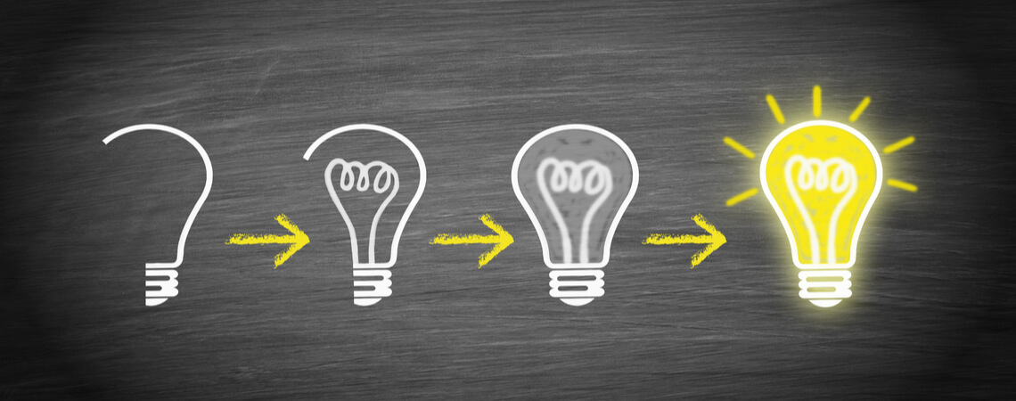 Konzept der Idee an Hand von Glühbirnen