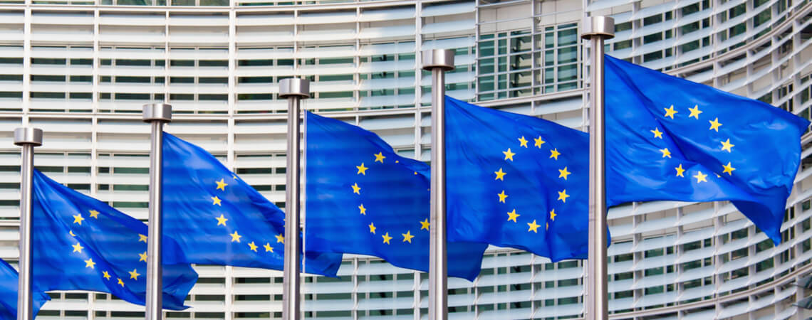 EU-Flaggen vor dem Kommissionsgebäude