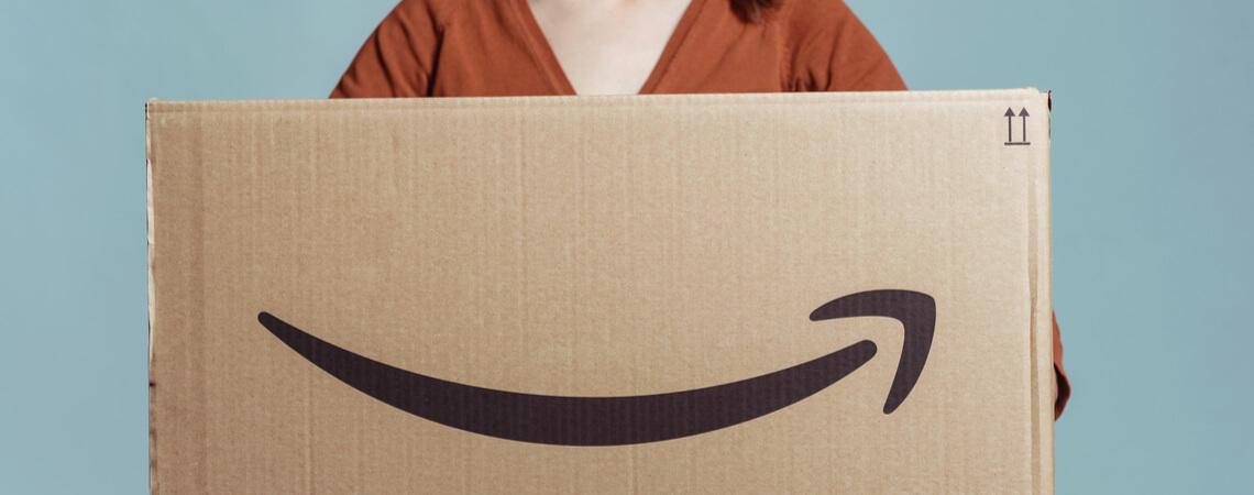 Frau hält Amazon-Paket