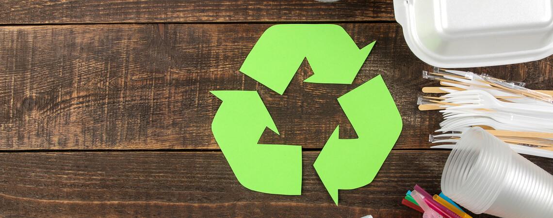 Recycling auf Holz neben Verpackungen