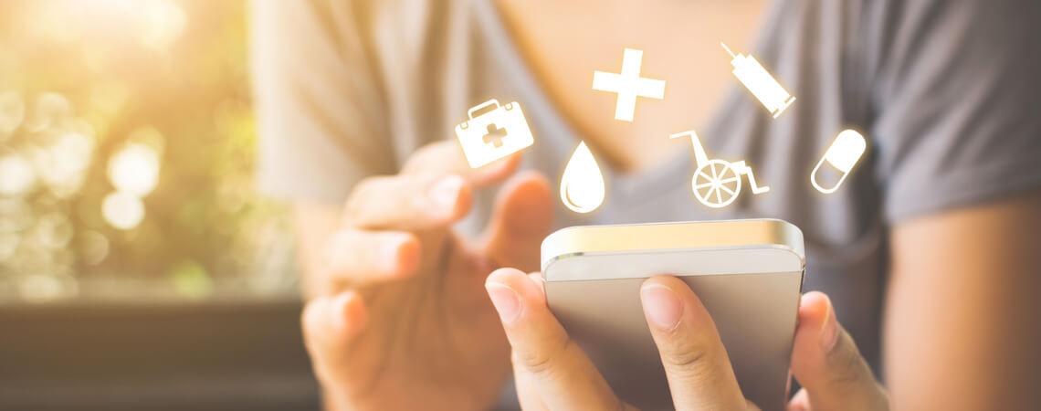 Digitale Gesundheitssymbole rund um ein Smartphone