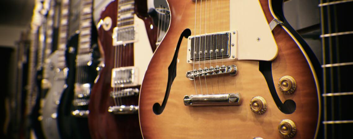 Gitarren in einem Geschäft