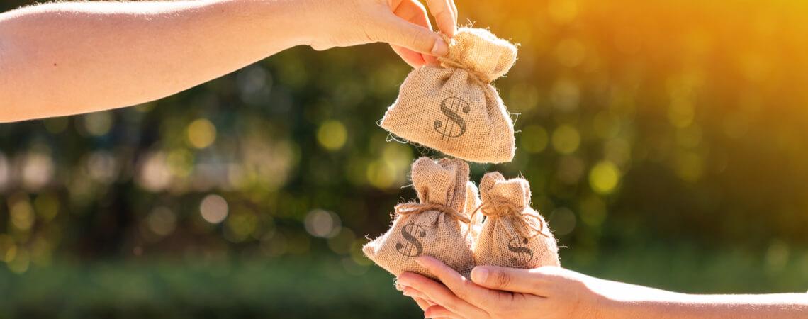 Frau übergibt Geldsäckchen