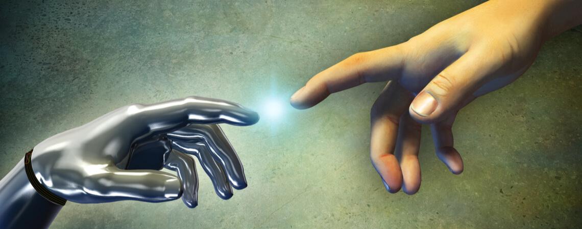 Menschliche Hand berührt die Hand eines Roboters