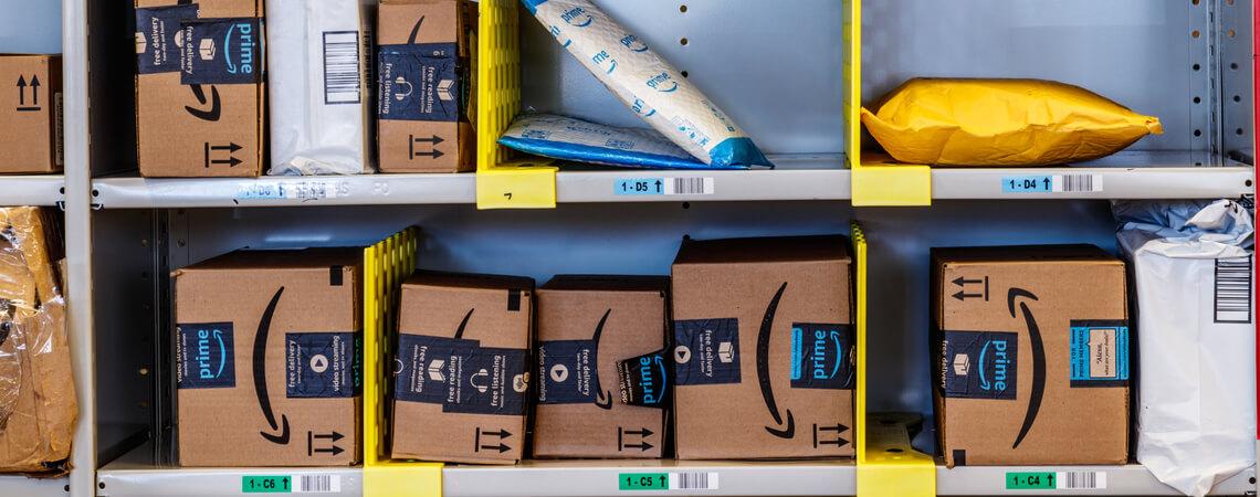 Amazon-Pakete im Regal
