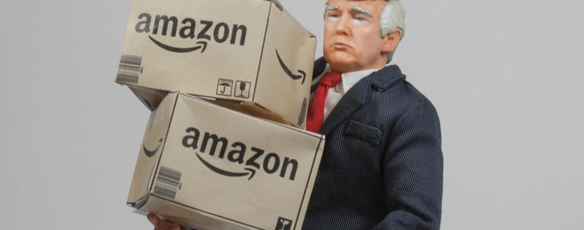 Figur von Trump trägt Amazon-Pakete