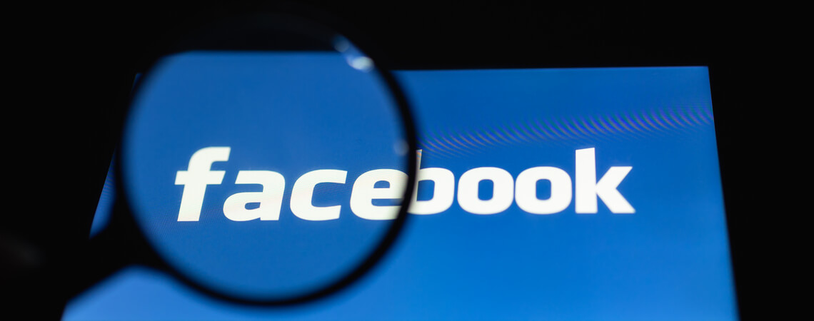 Facebook-Logo mit Lupe