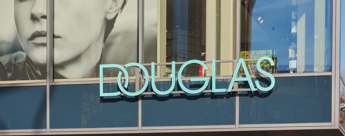 Logo der Parfümeriekette Douglas an einer Filiale