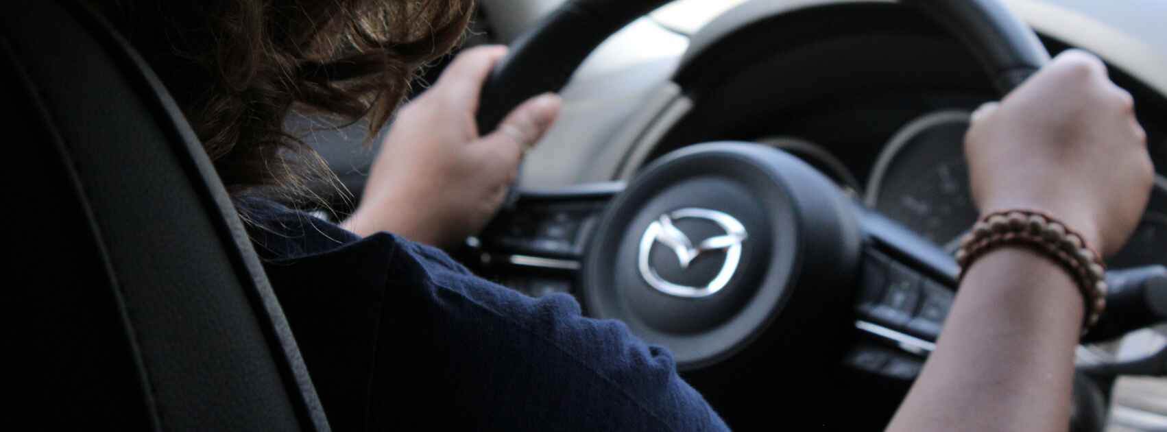 Frau am Steuer eines Mazdas