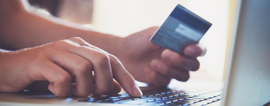 Zahlung am Laptop mit Kreditkarte