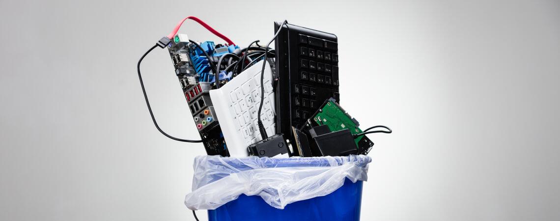 Elektromüll in Abfallkorb