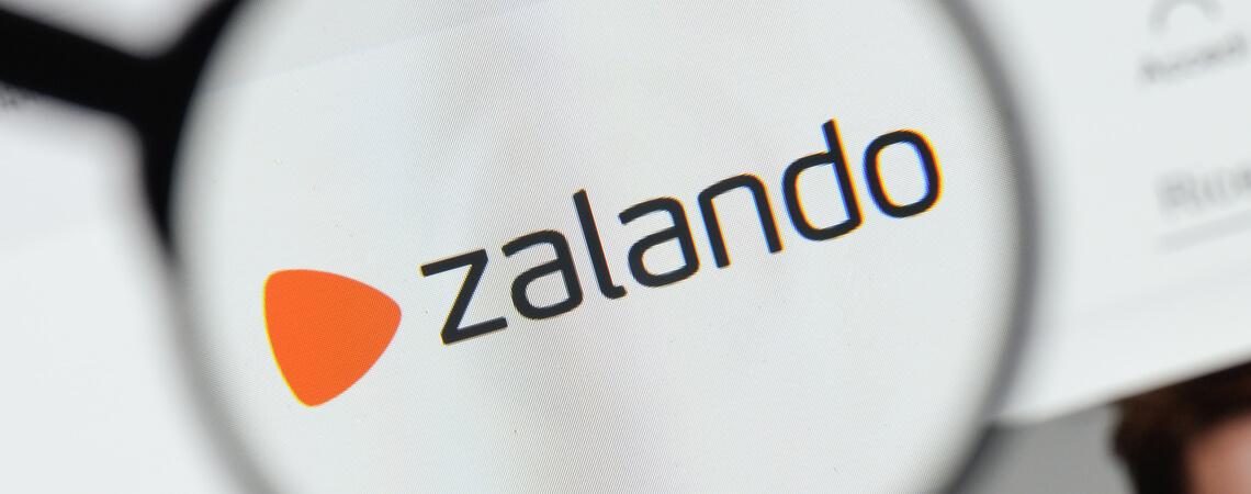 Zalando-Logo unter einer Lupe