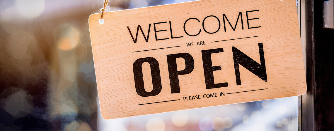 Open-Schild im Laden