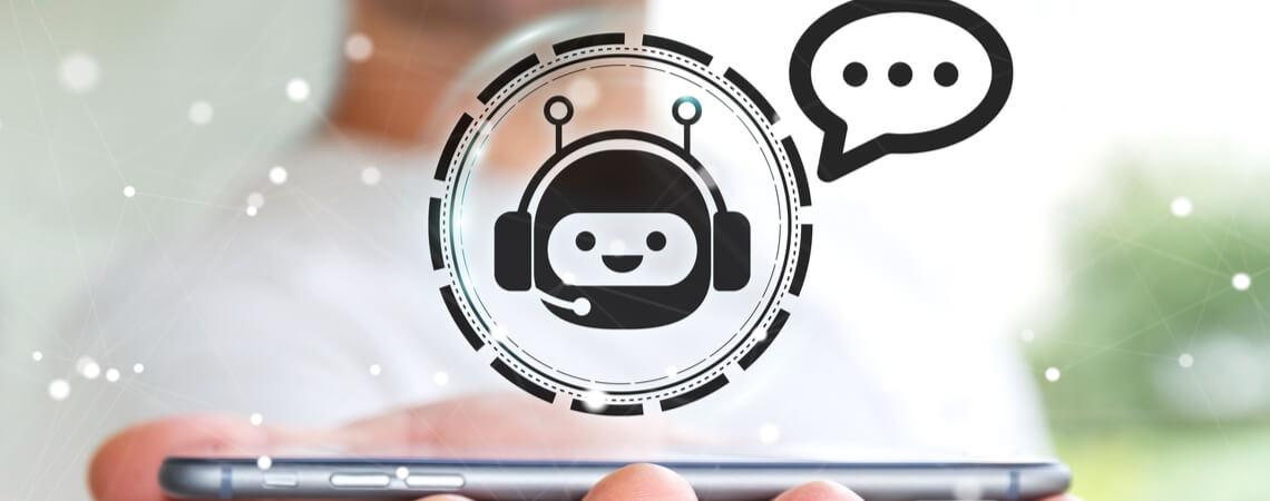 Smartphone mit Chatbot-Symbol darüber
