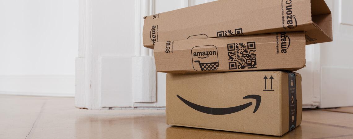 Mehrere Amazon-Pakete auf einem Stapel