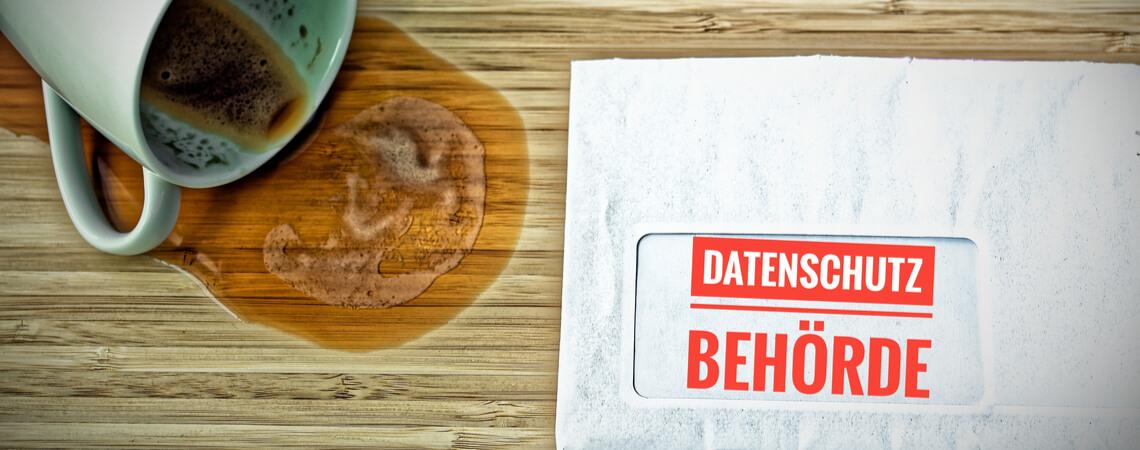 Verschütteter Kaffee neben Brief von Datenschutzbehörde