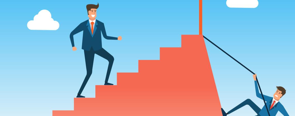 Geschäftsmänner an Treppe: Einer nimmt den leichten Weg, der andere den schweren, aber kürzeren.
