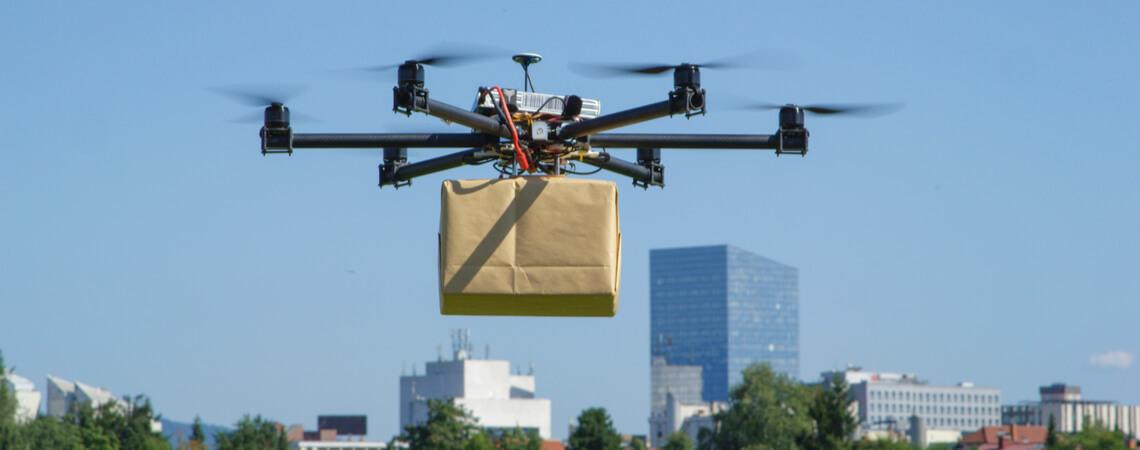 Drohne mit einem Paket in der Luft