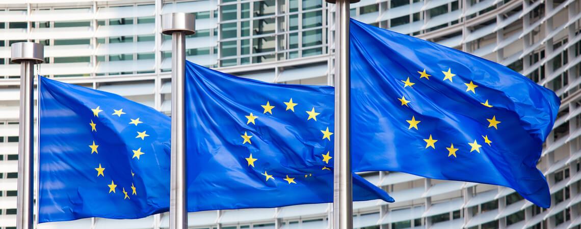 EU-Flaggen vor Kommission in Brüssel