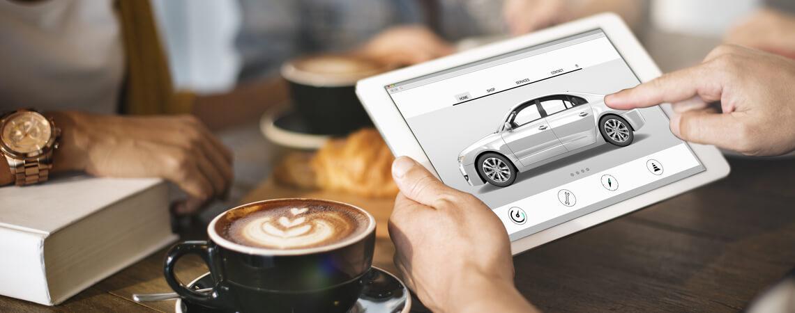Auto wird auf Tablet ausgesucht