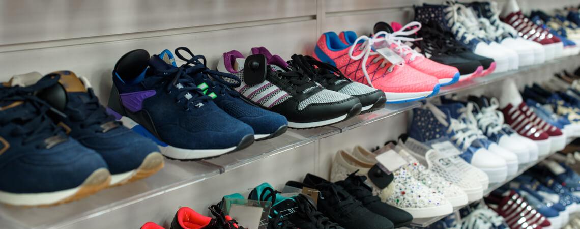 Schuhe in einem Laden