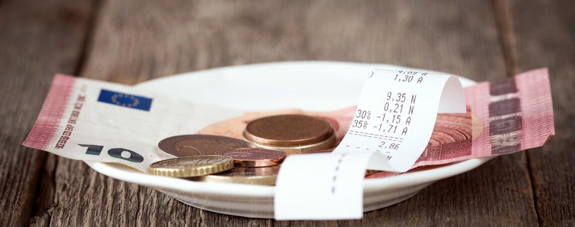 Trinkgeld auf einem Teller