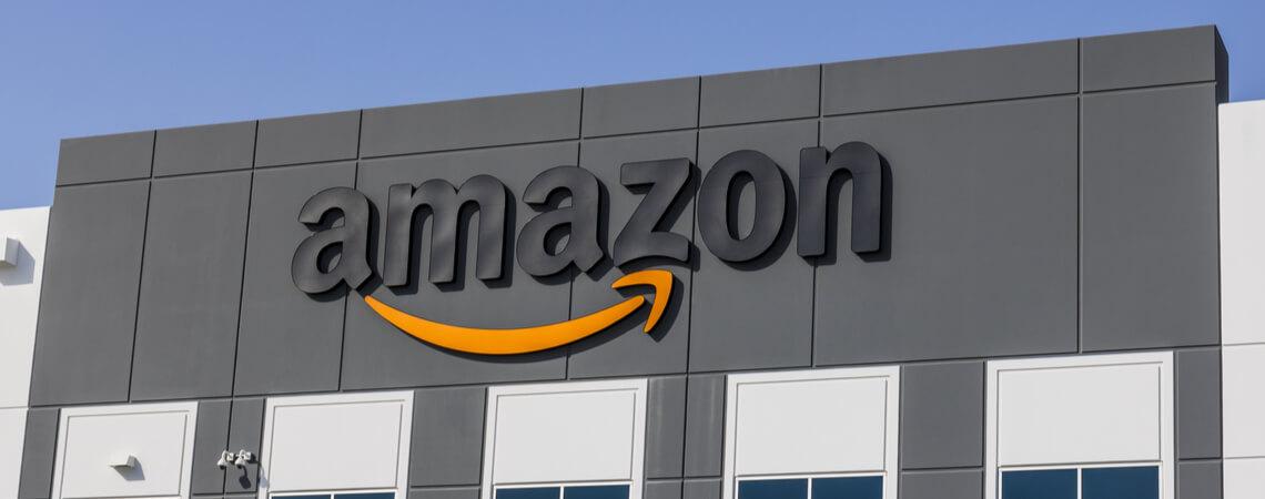 Amazon-Logo an einer Fassade